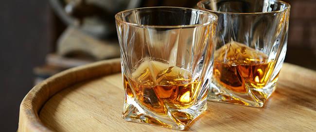 Twee glazen whisky op een vat