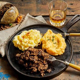 Traditioneel Schots gerecht: haggis, neeps & tatties met whisky