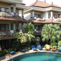Hotelgebouw rond het zwembad