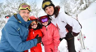 Familie op wintersport
