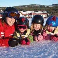 Vier kinderen in de sneeuw
