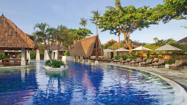 zwembad en ligbedden Rama Beach Hotel