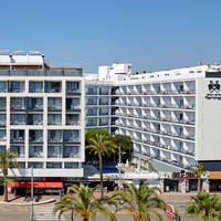 Buitenkant (hotel rechts op foto)