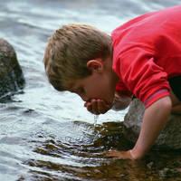 Jongetje aan het water drinken