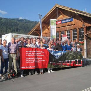 Groep op treinstation Tiefencastel