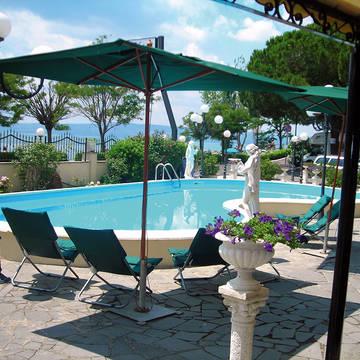 zwembad voorzijde Hotel Le Naiadi