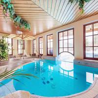 Binnenzwembad met verbinding naar het buitenbad