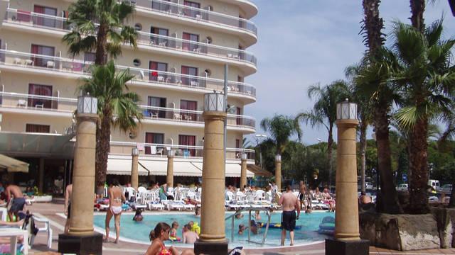 zwembad en zonneterras Hotel Reymar
