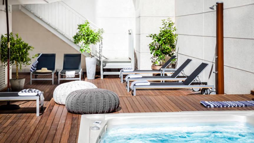 Zwembad met terras Appartementen Eric Vökel Atocha Suites