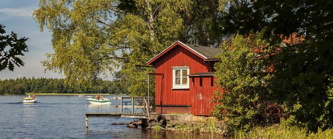 Rood huisje aan het meer
