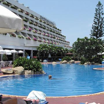 Zwembad met terras The Cha-Am Methavalai Hotel