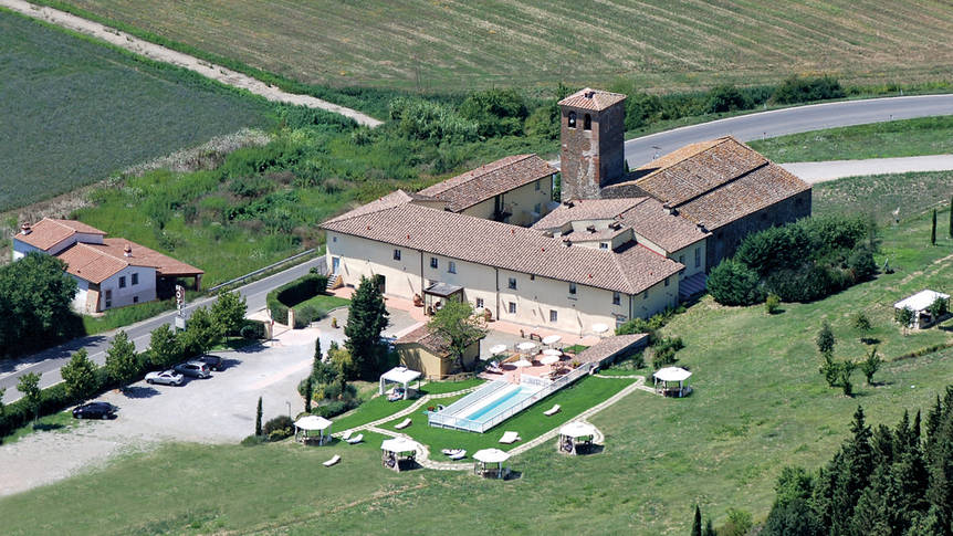 luchtfoto Country Hotel Borgo Sant'Ippolito