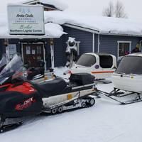 Sneeuwscooter Salla met kinderslee erachter