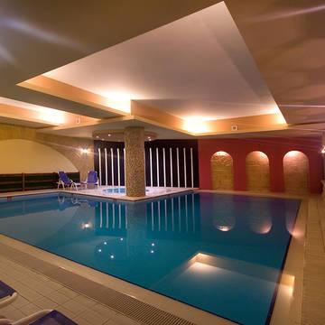 Binnen zwembad Soreda Hotel