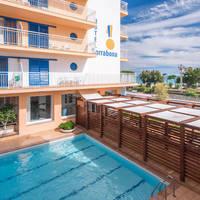zwembad bij hotel Sorrabona