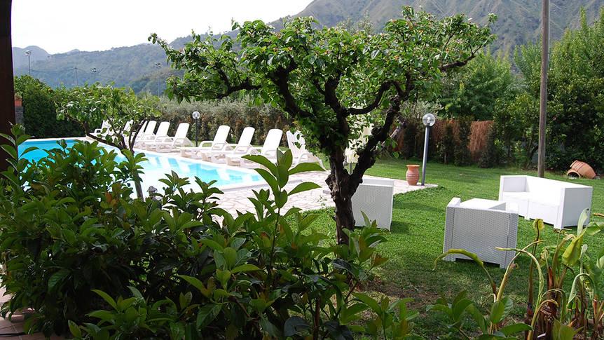 Tuin met zwembad Agriturismo Valle Alcantara