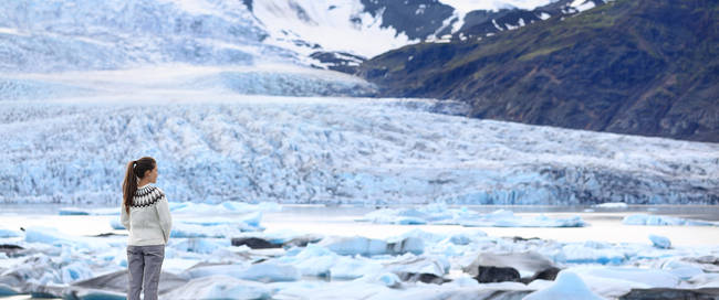 Vrouw bij de Vatnajökull gletsjer