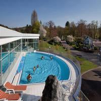 Buitenzwembad met gasten