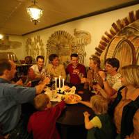 Groep in wijnkelder