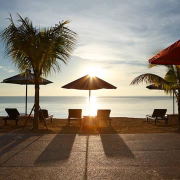 Zonsondergang aan het strand Vila Shanti