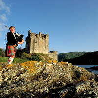 Doedelzak speler voor kasteel Eilean Donan