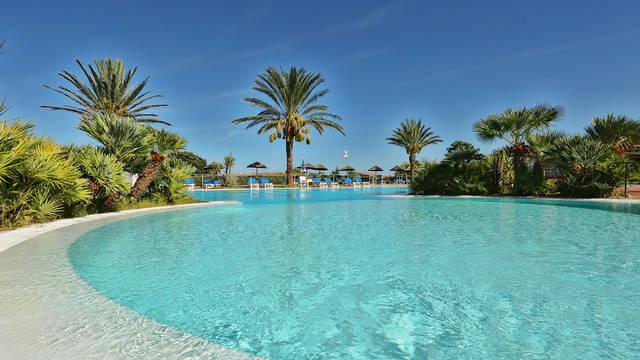 Buitenzwembad Liscia Eldi Resort