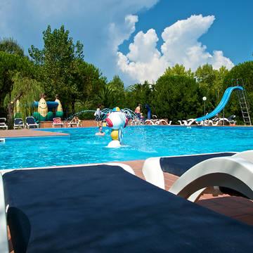 Zwembad met ligbed Appartementen Ghiacci Vecchi