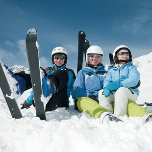 Moeder met kinderen in de sneeuw