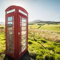 Typisch Engelse telefooncel op het platteland