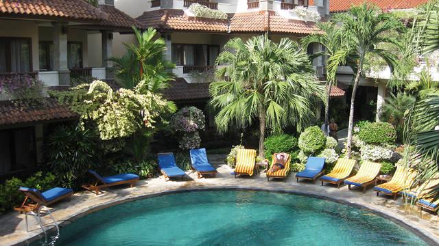 Ligbedden bij het zwembad Parigata Resort & Spa