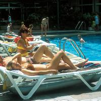 Zwembad met ligbedden