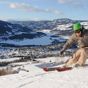 Skiër met Mjosameer op de achtergrond