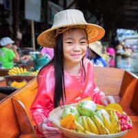 Meisje op de drijvende markt in Bangkok