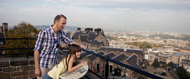 Vader en dochter met uitzicht
