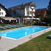 Zwembad en buitenaanzicht