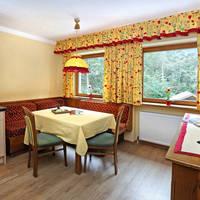Kamer met keuken en zitruimte