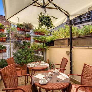 Terras bij ontbijtruimte Hotel Trevi Collection