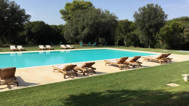 Buitenzwembad omgeven door groen Residence Altair