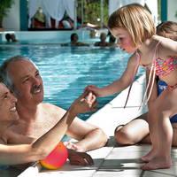 Familie overdekt zwembad