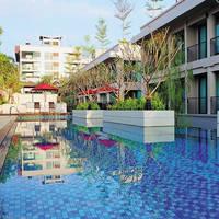 Zwembad met hotel
