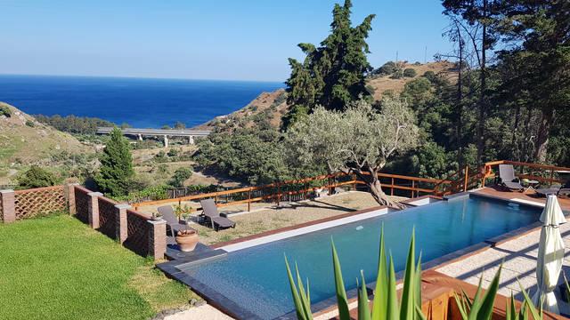 Buitenzwembad met uitzicht op zee Agriturismo Valle Lumia