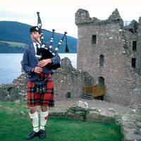 Loch Ness - Urquhart Castle met piper