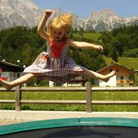 Meisje op de trampoline