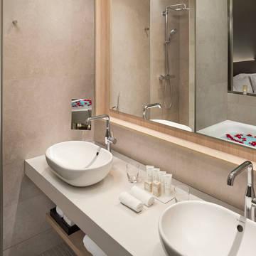 Badkamer Hotel The Level at Melia Barcelona Sky