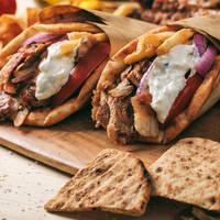 Traditionele Griekse maaltijd - Pita broodje met Gyros