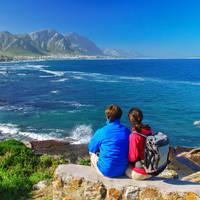 Koppel kijkt uit over de zee, Westkaap, Zuid-Afrika