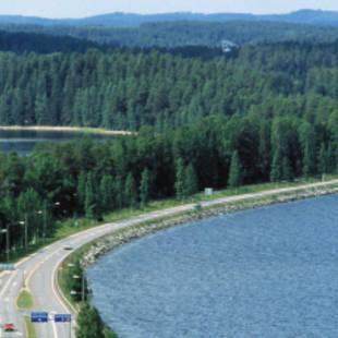 Autoweg door merenlandschap