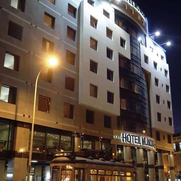Voorzijde met tram Hotel Mundial