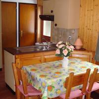 Voorbeeld kitchenette met eettafel
