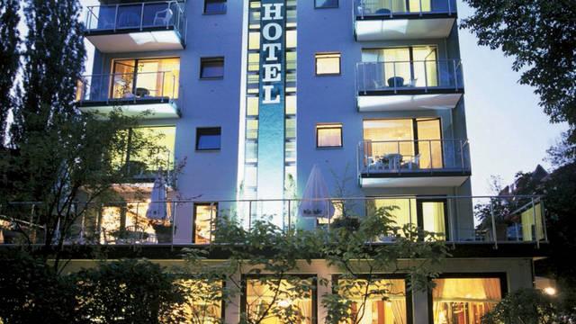 Voorzijde Hotel Villa Kastania